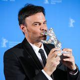 """Ein Kuss für den Silbernen Bären!Den hat in diesem Jahr der französische Regisseur François Ozon für seinen Film """"Grâce à Dieu""""gewonnen."""
