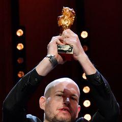 """Hoch den Bären! Der israelische Regisseur Nadav Lapid gewinnt den Goldenen Bären für seinen Film """"Synonymes""""."""
