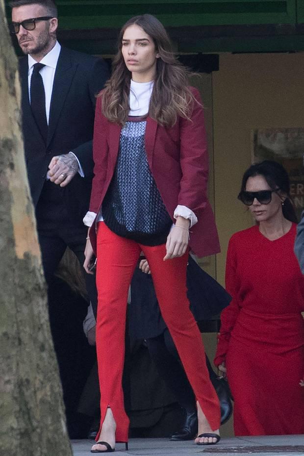 Als Hana Cross zusammen mit Familie Beckham die Show von Victoria Beckham verlässt, sticht sofort ihre knallrote Hose mit coolen Schlitz-Details ins Auge. Die Freundin von Brooklyn Beckham trägt einen Komplett-Look aus der Feder ihrer Schwiegermutter-in-spe. Kein Wunder also, dass auch Victoria schon darin gesichtet wurde...