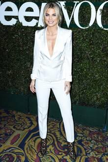 """Auf dem Red Carpet der """"Vogue's 2019 Young Hollywood""""-Party in Los Angeles posiert """"90210""""-Star AnnaLynne McCord in einem glänzenden Hosenanzug für die Fotografen. Von vorne sieht ihr Look makellos aus, im Profil gewährt sie allerdings ungeplant tiefe Einblicke..."""