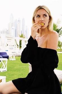 Ebenfalls in Dubai trägt Lena dieses schlichte, schwarze Off-Shoulder Kleid und beißt beherzt in eine Zitrone. Das Model scheint ihre Zeit in Dubai sichtlich zu genießen und sieht fantastisch aus.