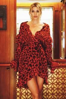 Model Lena Gercke urlaubt aktuell im heißen Dubai. Passend dazu ist auch ihr Outfit ziemlich heiß! Die Blondine trägt ein kurzes, rotes Kleid mit Leo-Print und spielerische Volants.
