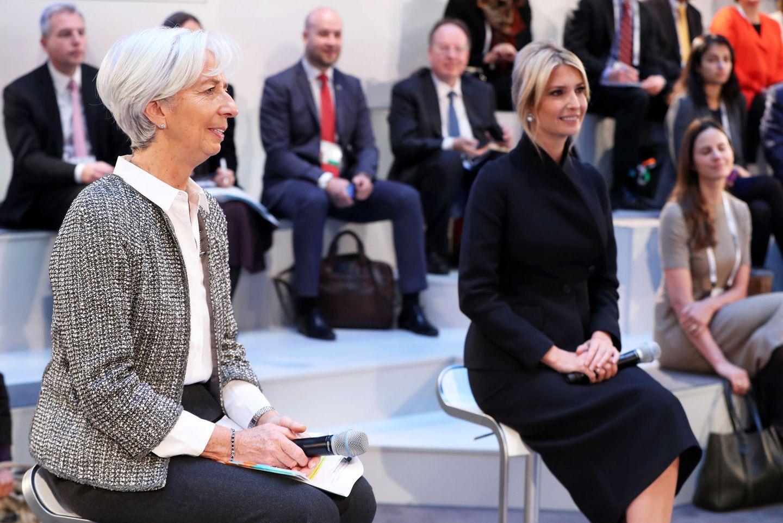 Am zweiten Tag der Münchener Sicherheitskonferenz zeigt sich Ivanka Trump in einem schwarzen Kostüm. Besonders auffällig ist der raffiniert geschnittene Blazer. Ivanka trägt ihr Haar zusammengesteckt, ein paar vordere Strähnen fallen heraus und setzen ihre funkelnden Ohrringe in Szene.