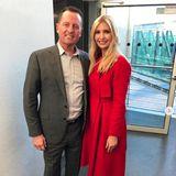 Ankunft in München: First Daughter Ivanka Trump nimmt an derMünchener Sicherheitskonferenz teil und wählt als Travel-Outfit einen roten Mantel von Carolina Herrera (ca. 890 Euro).
