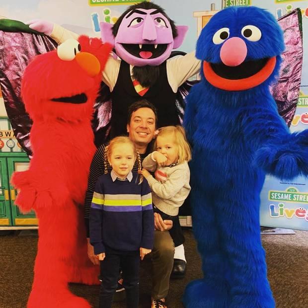 16. Februar 2019   Besonders in US-Amerika sind die Monster der Sesamstraße bei Kindern sehr beliebt: Jimmy Fallons Kids Winnie und Frances freuen sich über das tolle Gruppenfoto.