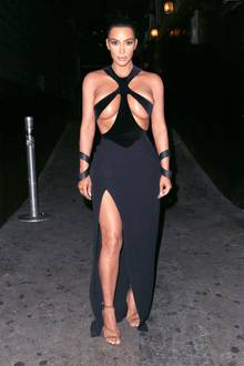 Kim Kardashians Outfits sind selten schlicht oder gar hochgeschlossen. Der Reality-Star setzt seine beneidenswerten Kurven mit Vorliebe in Szene.In dieser schwarzen Vintage-Robe sorgt sie allerdings weniger für einen Wow-Moment, sondern mehr für Quetsch-Alarm. Ein schönesDekolleté sieht anders aus, finden Sie nicht?