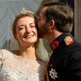 20. Oktober 2012  Nach der Zeremonie küsst Guillaume seine frisch Angetraute zärtlich auf die Wange.