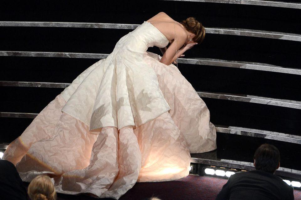 Filmreif: Jennifer Lawrence stürzt bei den Oscars.
