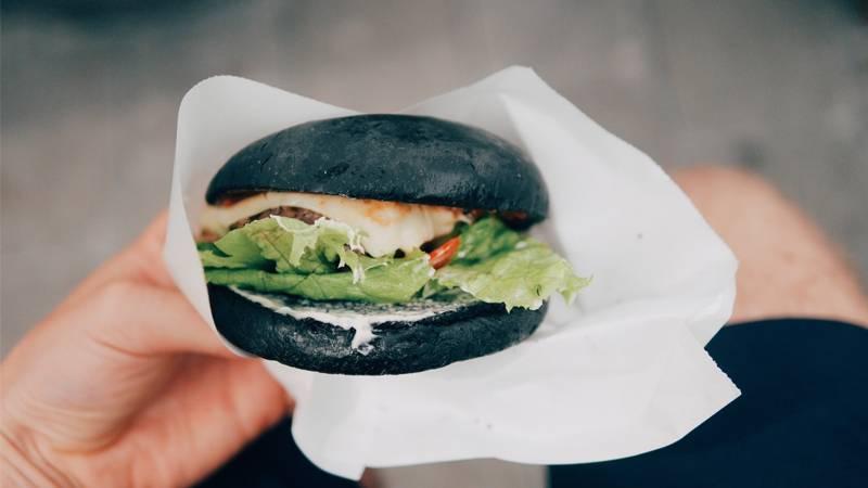"""Food-Trend """"Aktivkohle"""": Ist Black Food wirklich gesund?"""