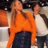 """Spaß bei der Arbeit: Beinahe täglich beglückt uns Annemarie Carpendale mit ihren Looks, die sie bei """"taff"""" trägt. Der orangefarbene Pullover hat es ihr offenbar ganz besonders angetan, denn diesen kombiniertsie gleich zu mehreren Outfits."""