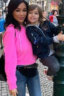"""Eigentlich wollte Verona Pooth mit ihren Fans nur einen Schnappschuss von sichund Sohn San Diego beim Shoppen in Düsseldorf teilen. Doch einige ihrer Instagram-Fans haben nur Augen für Gesicht. """"Wer ist dieFrau, ich erkenne ihr Gesicht nicht ..."""", schreibt einer ihrer 475 Tausend Follower.""""Ohje zu viel Filter"""", lautet ein anderer Kommentar.Zugegeben, ein bisschen übertrieben mit dem Weichzeichner scheint sie es schon zu haben. Das hast du doch gar nicht nötig, liebe Verona!"""