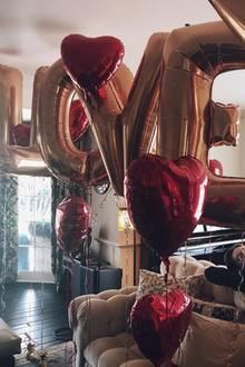 """""""Viel Liebe sprühte letzte Woche durch unsere Familie"""", postet Kate Hudson. Der Hollywoodstar meint damit den Valentinstag und gewährt gleichzeitig Einblick in ihr gemütliches und passend dekoriertes Wohnzimmer. Wer da so faul auf der Sofalehne liegt? Sohnemann Ryder!"""
