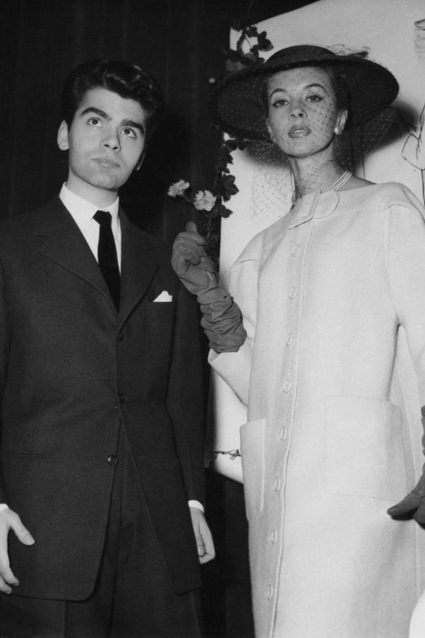 1954 gewinnt Karl Lagerfeld einen Modewettbewerb in Paris und wird daraufhin als Assistent von Pierre Balmain eingestellt. Das Model auf dem Bild trägt seine Kreation. Während seiner Zeit bei Balmain absolviert Lagerfeld eine Schneiderlehre.