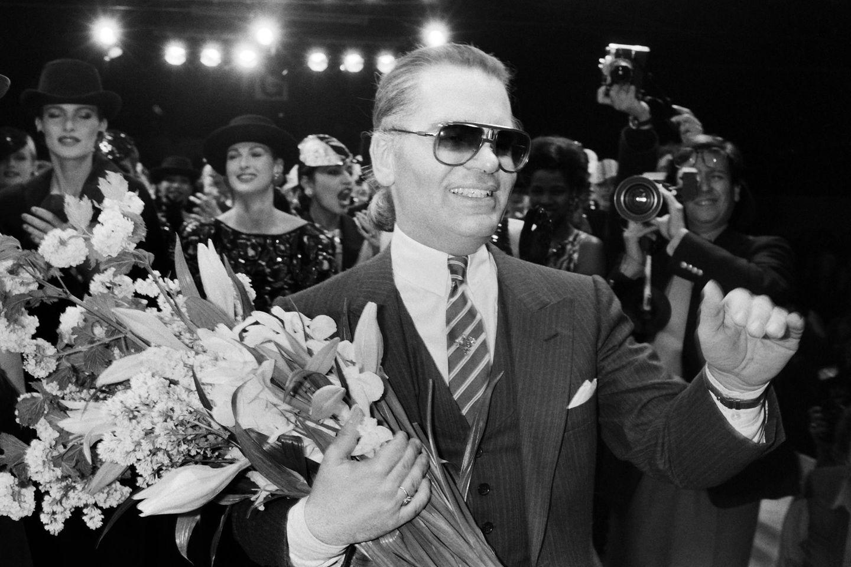 1984 wird der gebürtige Hamburger Chefdesigner von Chanel Haute Couture. Nach der Vorstellung seinerHerbst/Winter-Kollektion 1984/85 erntet er viel Beifall.