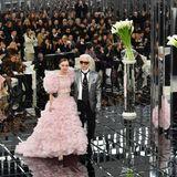Mit Muse Lily-Rose Depp zeigt er sich auf dem Laufsteg, auf dem seine Frühjahr/Sommer-Kollektion 2017 für Chanel präsentiert wird.