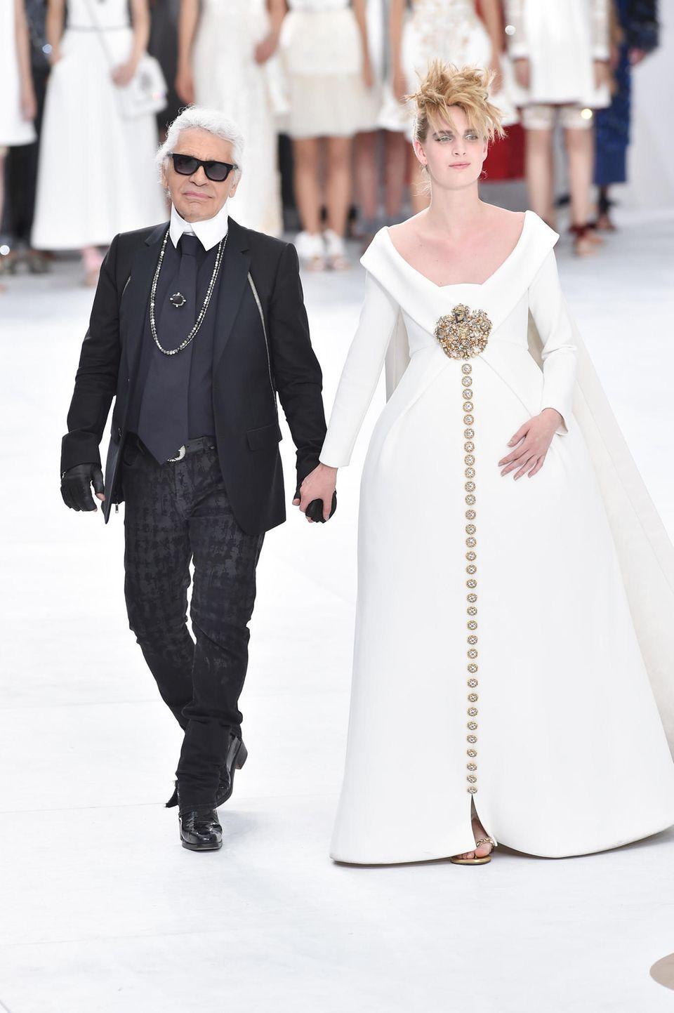 Ashleigh Good läuft für Karl Lagerfeld in einem Brautkleid von Chanel und hochschwanger über den Catwalk.
