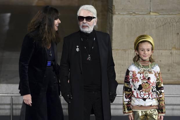 """Karl Lagerfeld (M.) mit seiner """"Chanel""""-NachfolgerinVirginie Viard (l.) und Hudson Kroenig (r.) während der """"Chanel Metiers D'Art 2018/19 Show"""" im""""Metropolitan Museum of Art"""" in New York am 4. Dezember 2018.Es war der letzte öffentliche Auftritt von Patenonkel und Patensohn."""