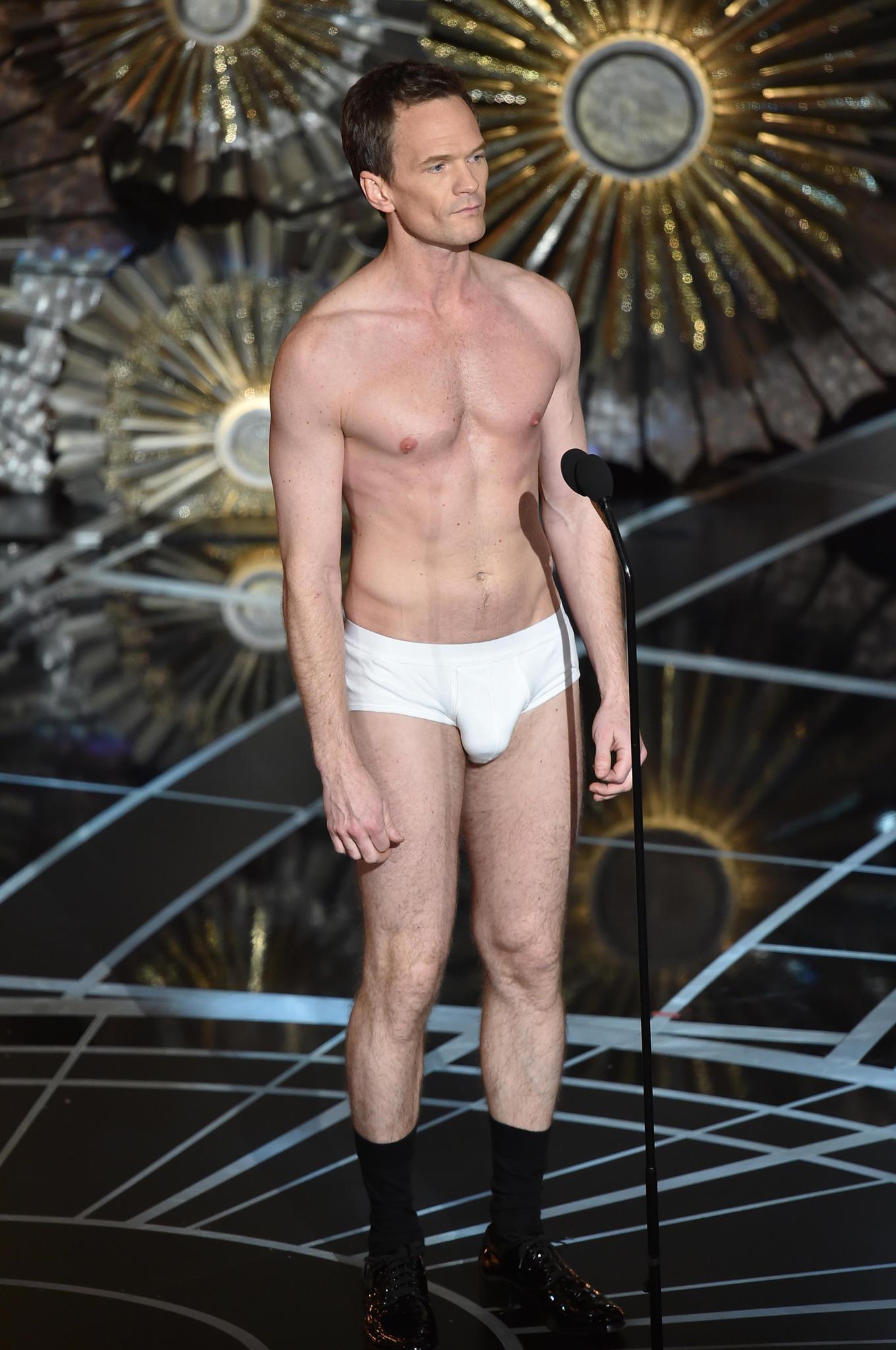 Ein Bild, das im Kopf bleibt: Neil Patrick Harris in Unterwäsche auf der Bühne.