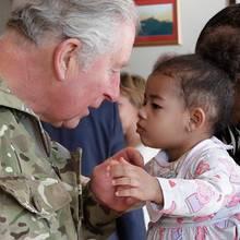 Prinz Charles während der Verleihung der Einsatzmedaillen an das 1. Batallion Welsh Guards inWoking, Großbritannien: Dabei lernt der Thronfolger die süße Tochter eines der Gardisten, die 2-jährige Starr Mitchell, kennen und sorgt mit ihr für diesen niedlichen Schnappschuss.