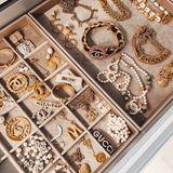 Im Schmuckfach dieses Traum-Kleiderschrank sieht es genauso luxuriös aus. Schmuckstücke von Chanel, Gucci, Céline und Co. funkeln hier um die Wette.
