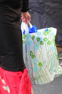"""... denn die Tüte, die von der Buchhandlung """"Book Culture"""" stammt, ist mit blauem Seidenpapier ausgeschlagen. Ein Hinweis auf das Babygeschlecht?"""