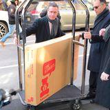 """Noch eine Anlieferung macht stutzig: Bedienstete des Hotels liefern ein Babybett der Marke """"Babyletto"""". Der Karton verrät, dass sich ein Bett mit dem Namen """"Hudson"""" in diesem verbirgt. Das besagte Bettchen ist eine 3-in-1-Krippe, die im Online-Shop 379 US-Dollar kostet.  Warum Meghan ein Babybett in New York braucht oder ob es sich um ein vorträgliches Babygeschenk handelt, bleibt ungeklärt. Auch die Frage, ob Meghan den unhandlichen Karton nach London transportieren muss, wird nicht beantwortet."""