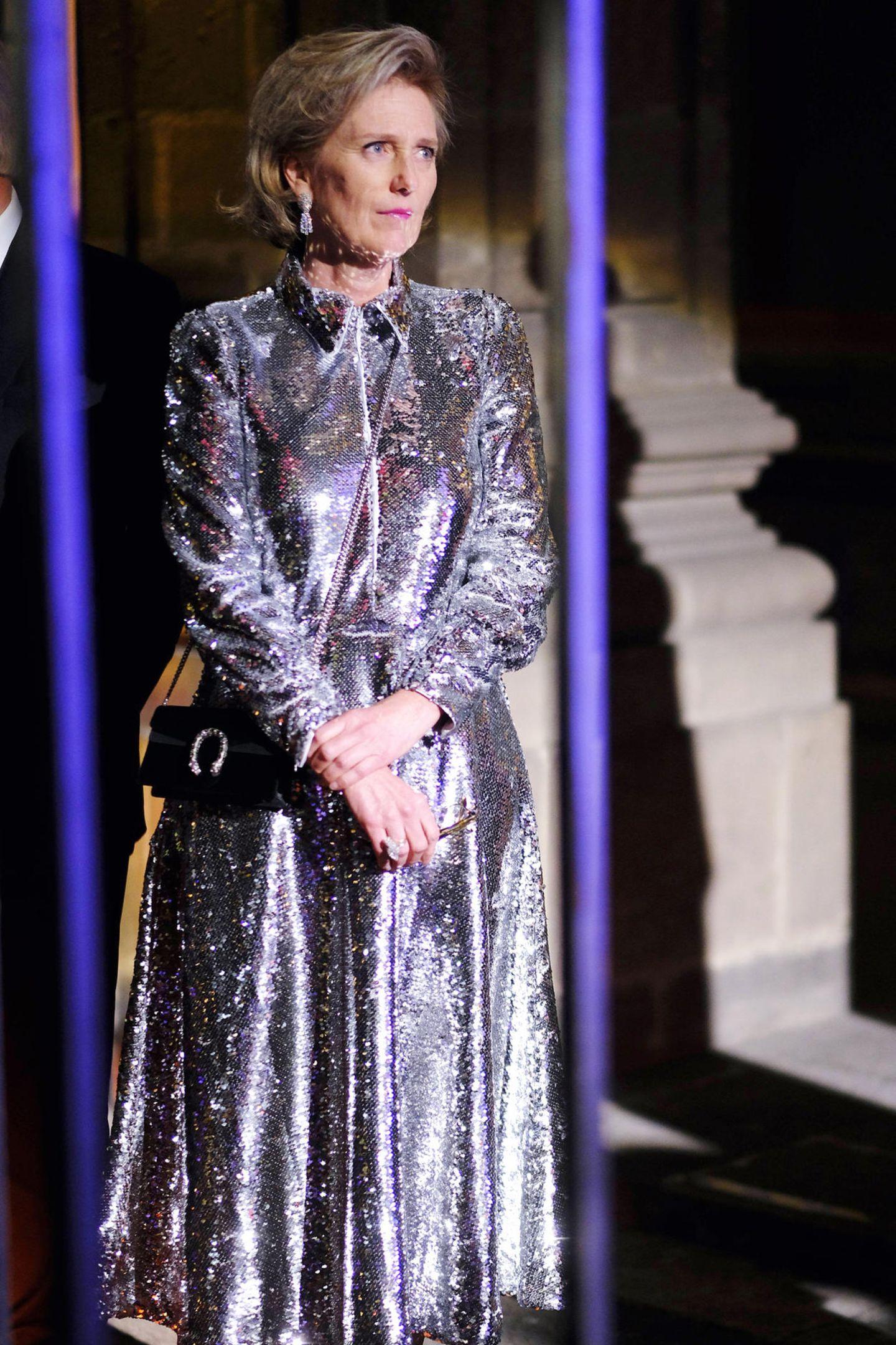 Im Rahmen ihrer Mexiko-Reise funkelt Prinzessin Astrid von Belgien in diesem Pailletten-Kleid wie eine Discokugel. Für royale Verhältnisse ist diese Kleiderwahl überraschend extravagant. Ein Look, der Herzogin Meghan oder Königin Máxima aber ohne Frage ebenfalls gut stehen würden, finden Sie nicht?