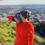 """19. Februar 2019   """"Nich vegan. Aber lecker!"""", scherzt Schauspieler Wayne Carpendale. Das tolle Foto mit Söhnchen ist auf dem Runyon Canyon, über den Dächern Los Angeles', entstanden."""