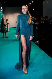 Star-Auflauf in Berlin: Zum Vigour Vogue Launch posierten unter anderem Jenny Elvers auf dem türkisen Teppich. Die Schauspielerin trägt ein glitzerndes Abendkleid mit sexy Beinschlitz.