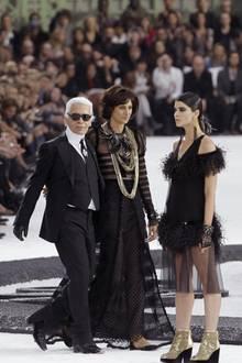 Karl Lagerfeld und seine langjährige Muse, das französische Supermodel Inès de la Fressange, arbeiten seit den Achtziger Jahren eng zusammen. Bis zuletzt inspirierte die hochgewachsene Brünette den Designer zu seinen Entwürfen und nahm an Modenschauen teil.