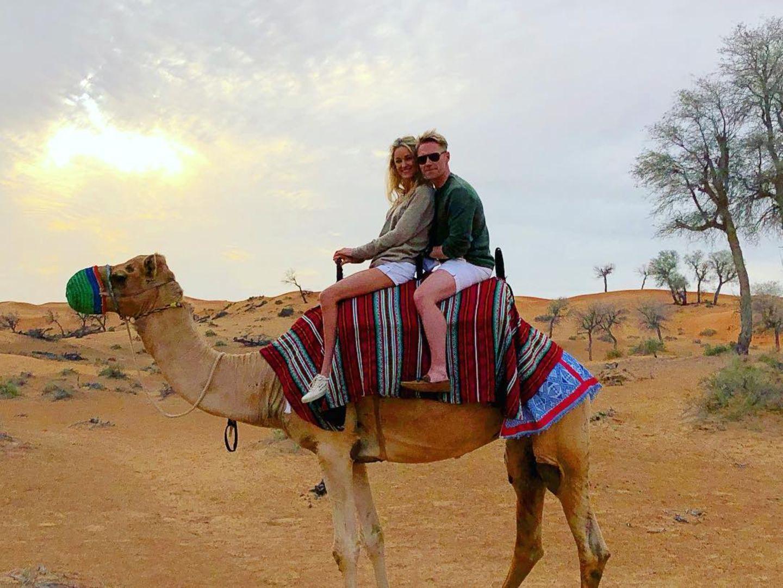 In der Wüste der Vereinigten Arabischen Emirate: Storm und Ronan Keating versuchen sich als Dromedarreiter.