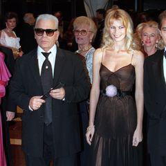 """""""Karl hat aus einem schüchternen Mädchen ein Supermodel gemacht"""", schrieb Claudia Schiffer nach dem Tod des Stardesigners."""
