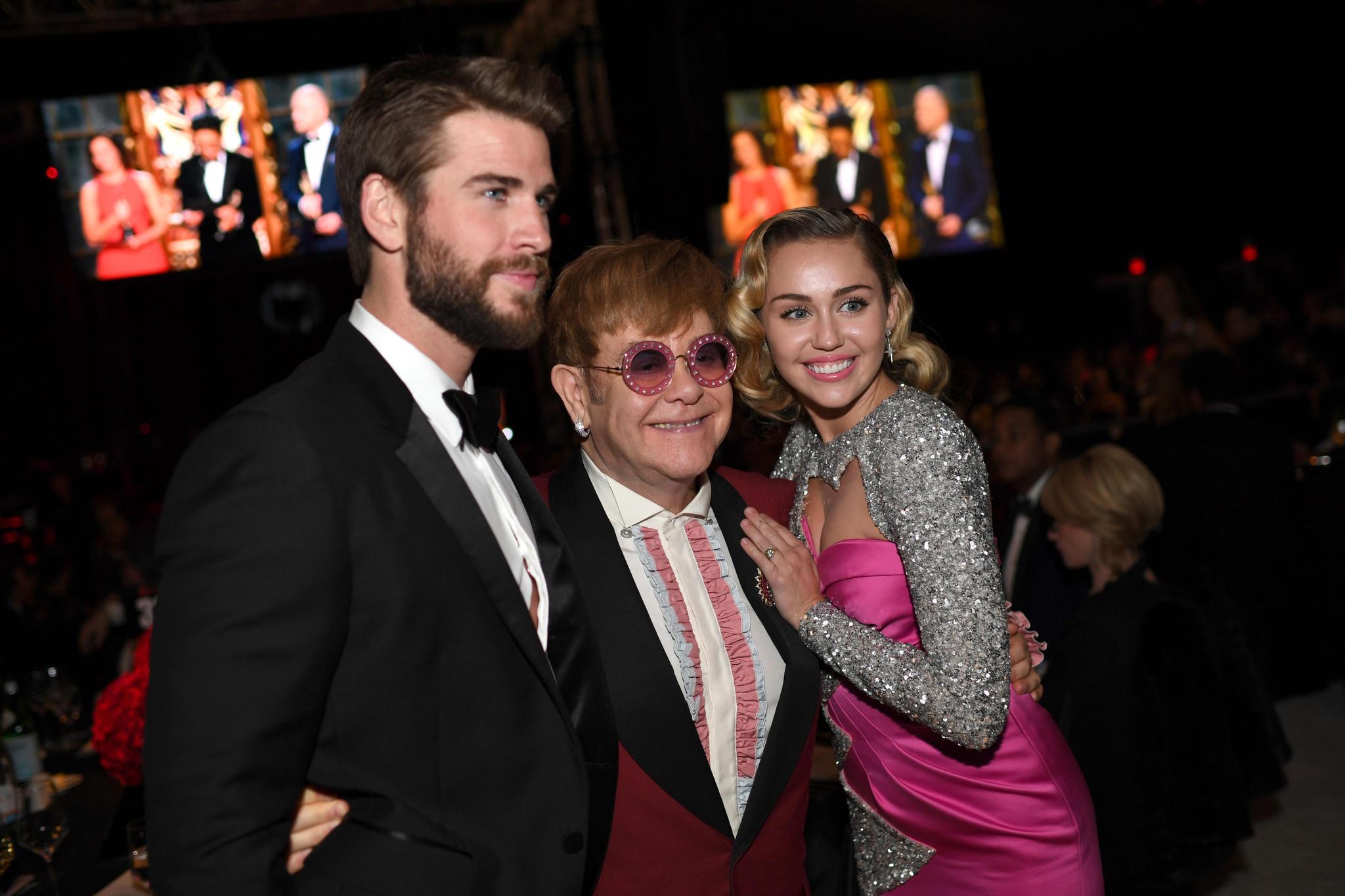 Liam Hemsworth und Miley Cyrus zählen zu den prominenten Gästen, die gern zur Charity-Party von Elton John kommen.