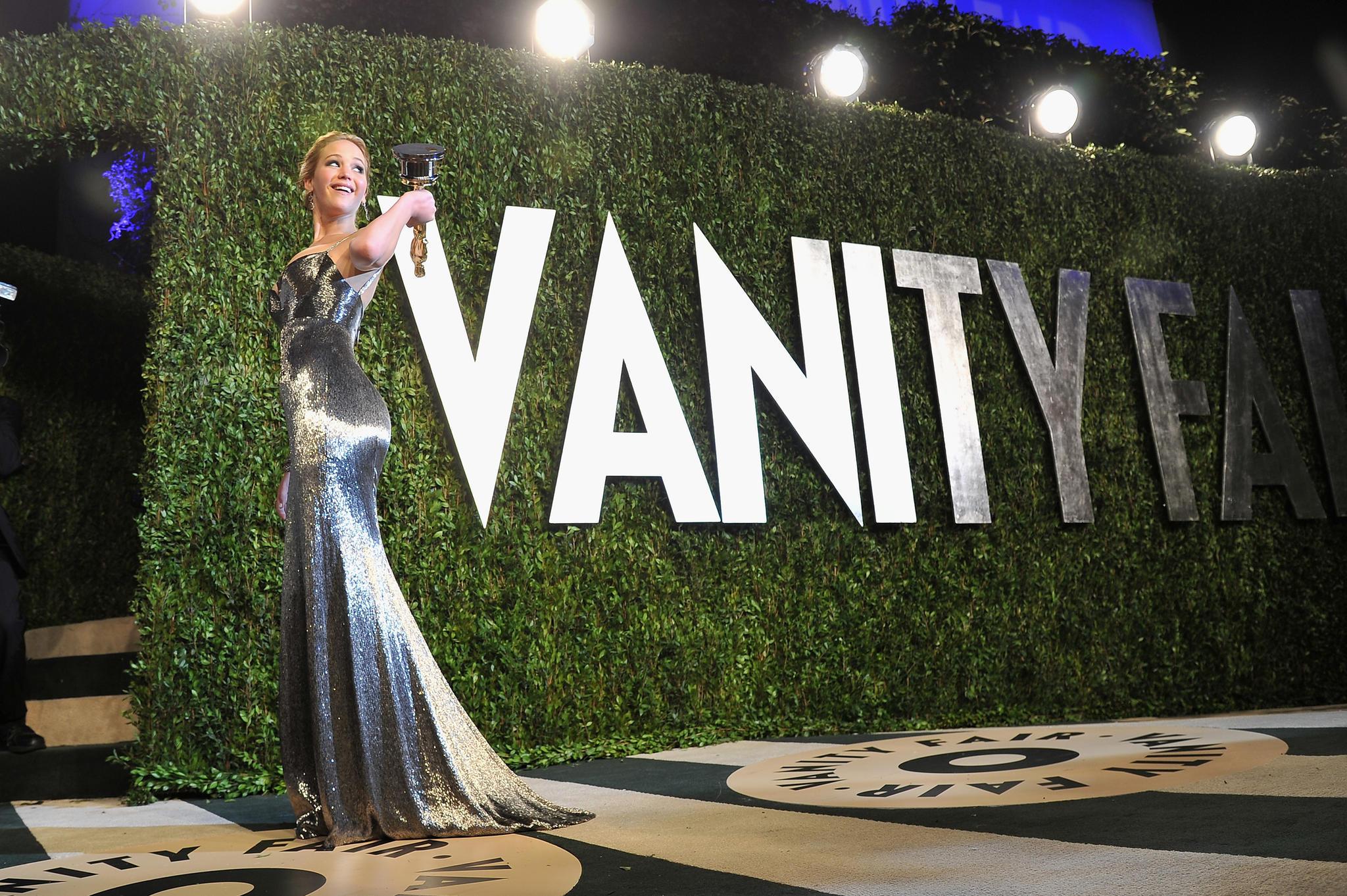 """Jennifer Lawrence zeigt stolz ihren Oscar in die Kamera, bevor es zur """"Vanity Fair""""-Party geht."""