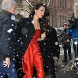 """Amal Clooney erscheint am 19. Februar 2019 zur Babyparty von Herzogin Meghan im """"The Mark Hotel"""" in New York. Sie hat sich für einen roten Jumpsuit mit stylischemDekolleté entschieden. Ein schlichter schwarzer Mantel hält sie warm. Doch die Schuhe sind in Wahrheit das Besondere an dem Look und eine wahreHommage an die Bald-Mama Meghan, denn ..."""