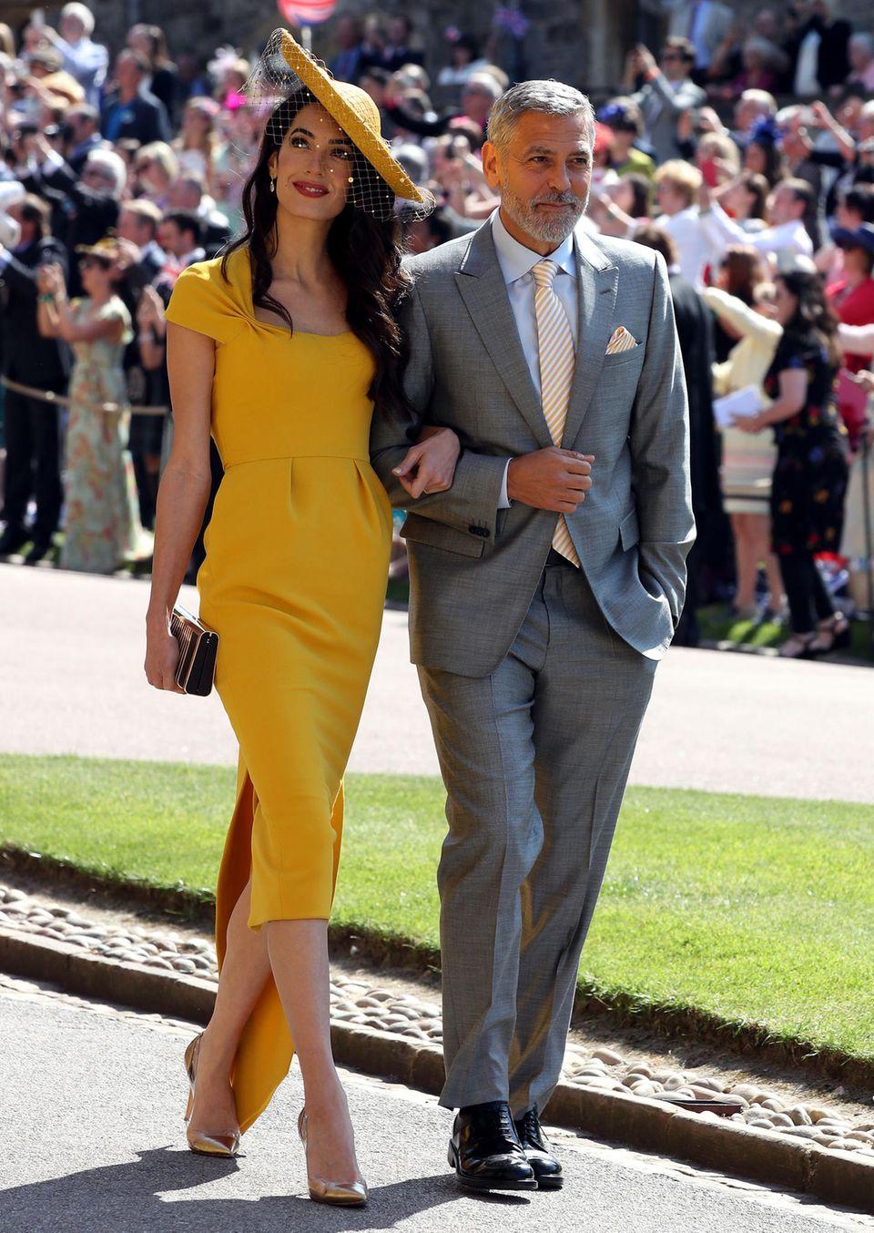Am 19. Mai erscheint Amal Clooney gemeinsam mit Ehemann George Clooney zur royalen Hochzeit von Prinz Harry und der ehemaligen Meghan Markle. Dieselben Pumps auf der Babyparty zu tragenkann man als nette Hommage für die werdende Mama verstehen.