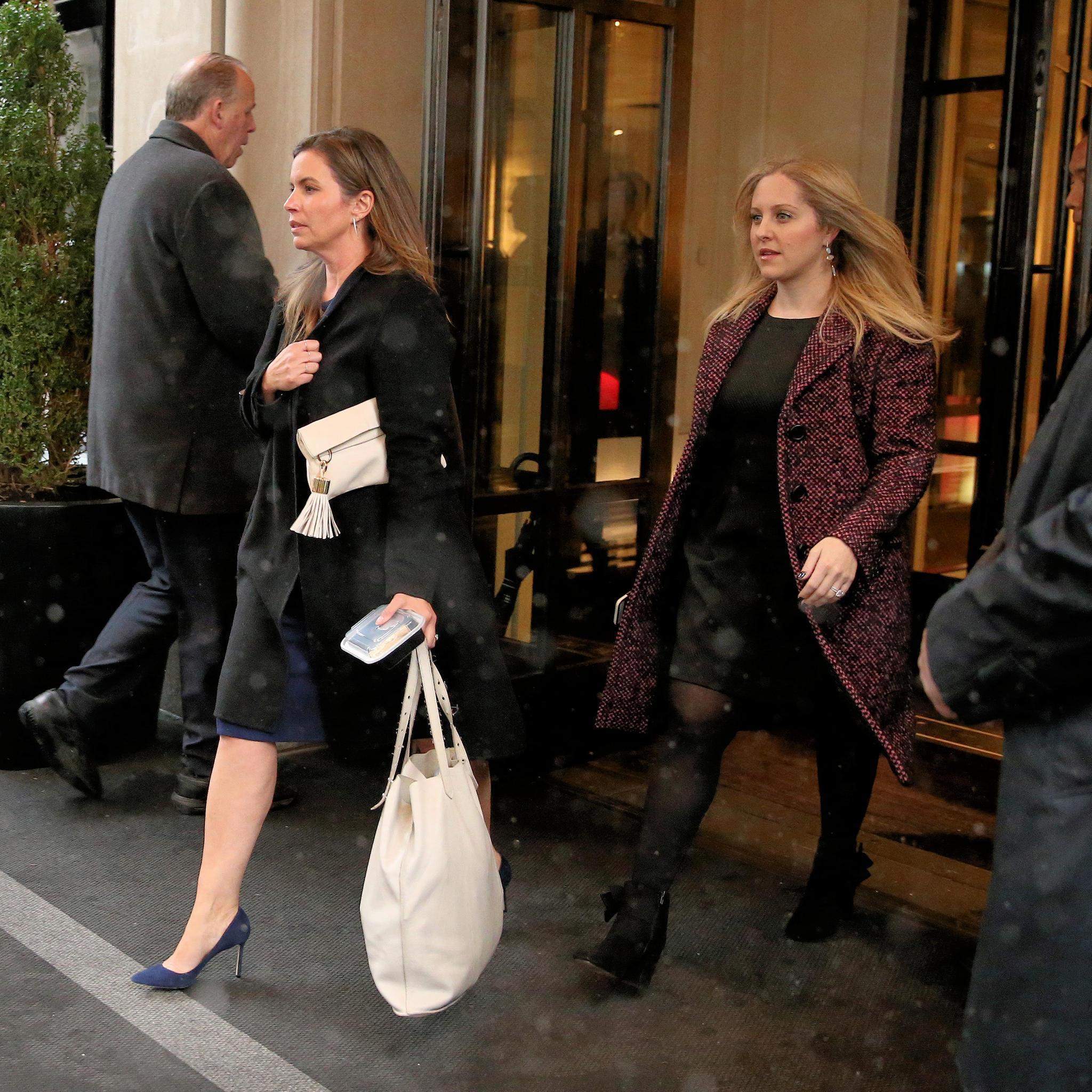 Genevieve Hillis (l.) und Lindsay Roth (r.) verlassen die Babyparty von ihrer Freundin Meghan Markle