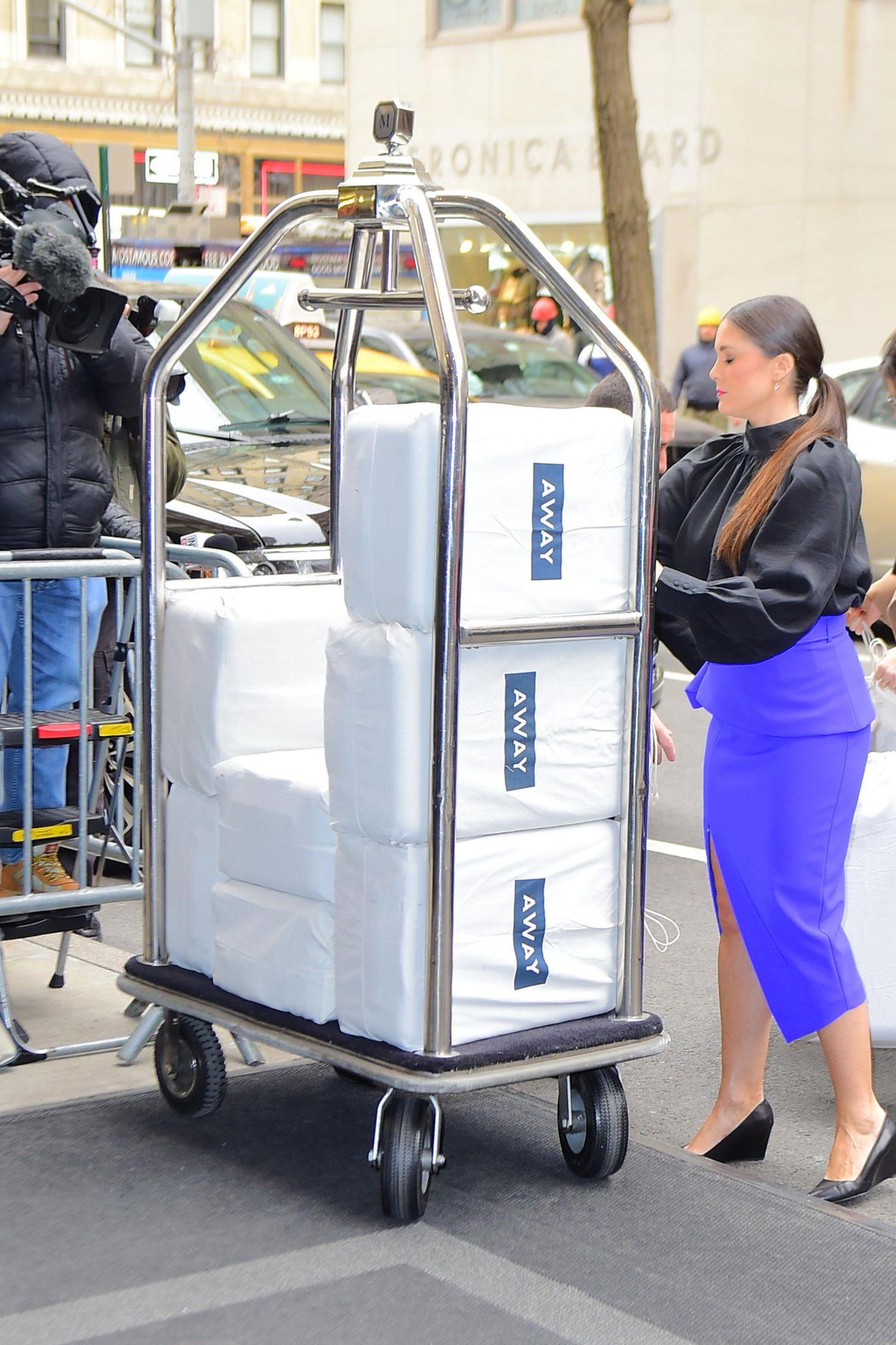 """Kommen hier Gastgeschenke für Meghan und ihre Freunde an? Die Luxus-Koffermarke Away liefert einige Taschen mit Koffern ins Hotel """"The Mark""""."""