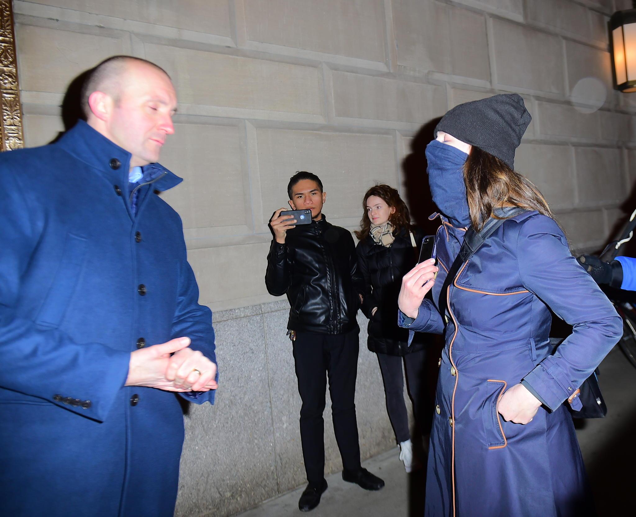 Ein Bodyguard diskutiert mit einer Frau, die Herzogin Meghan in New Yorkbeschimpft hatte
