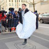 Ein weiteres Mitglied von Meghans Entourage bringt einen übergroßen Kleidersack ins Hotel. Was sich im Inneren befindet lässt sich nur schwer erkennen, allerdings schimmern weiße Polkadots durch den transparenten Stoff. Der Größe und Form nach zu urteilen könnte es sich dabei zum Beispiel um eine Bettdecke - vielleicht fürs Baby - handeln.