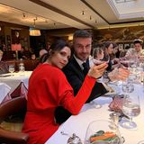 Nach ihrer Fashion-Show kann Victoriaeinen entspannten Lunchmit ihren Liebsten genießen, samt einem Glas Rotwein.