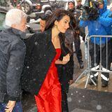 Der nächste eintreffende Gast bringt die umstehenden Fotografen zum Jubeln: Amal Clooney macht sich ebenfalls auf den Weg zu Meghan. In Sachen Outfit setzt sie dabei auf Auffallen und wähl einen knallroten Jumpusit. Für den kurzen Gang vom Auto ins Hotel hat sie sich eine schwarze Jacke über die Schultern gelegt. Ein niedliches Detail sind ihre goldenen Pumps. Diese trug sie auch auf der Hochzeit von Meghan und Prinz Harry.