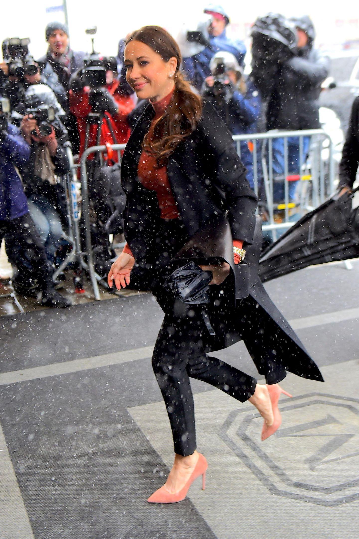Auch Jessica Mulroney macht sich gut gelaunt auf den Weg zu ihrer Freundin. Die Stylistin soll hinter der ganzen Feier stecken und sich maßgeblich um die Organisation gekümmert haben.