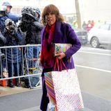 """Auch TV-Moderatorin Gayle King ist zu der illustren Runde eingeladen. Die TV-Moderatorin, die unter anderem die CBS-Morgenshow """"This Morning"""" moderiert, zeigt sich in einem farbenfrohen Outfit. Passend dazu trägt sie ein kunterbuntes Geschenk bei sich."""