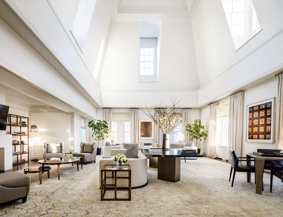 """Gefeiert wurde im Penthouse des """"The Mark Hotel"""". Die einladende Suite ist nicht nur das größte, sondern mit einem Preis von 75.000 US-Dollar pro Tag auch das teuerste Hotelzimmer der USA. Es wird spekuliert, dass Serena Williams die Kosten für die Location der Babyparty übernommen haben soll."""