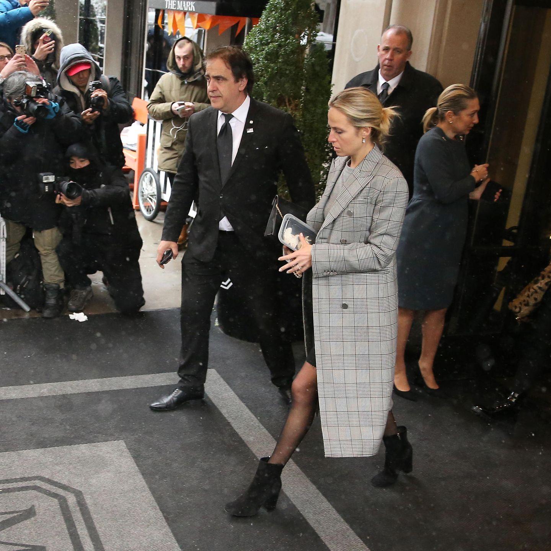 Auch Misha Nonoo verlässt im Laufschritt das Hotel und eilt zu ihrem wartenden Auto. Ihre große Geschenktüte hat sie gegen eine Box mit Keksen ausgetauscht. Schaut man genau hin erkennt man die von Daniel Martin geposteten Köstlichkeiten durch den Deckel der Dose.