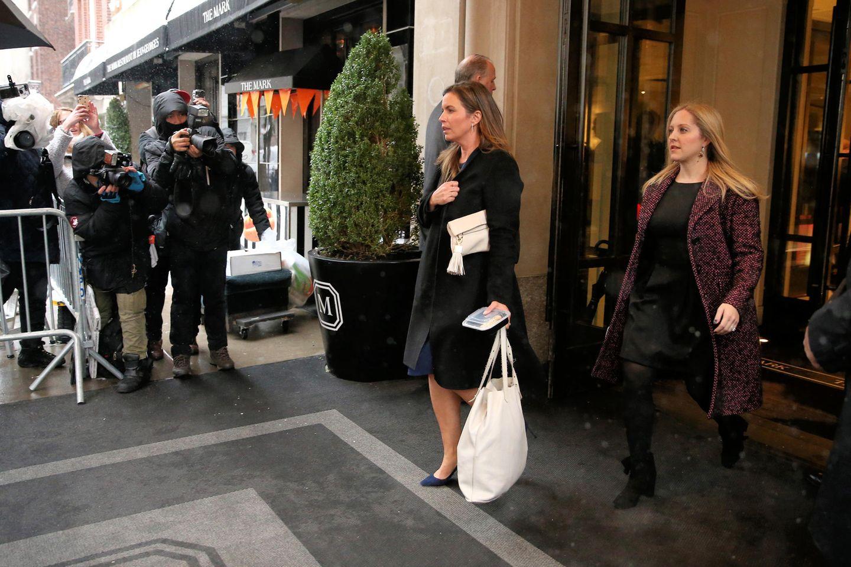 Genevieve Hillis, ebenfalls mit Keksdose in der Hand, und Lindsay Roth verlassen die Party gemeinsam. Auch die beiden könnten sich bereits von der Universität kennen.