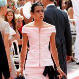 Ein extravaganter Look: Charlotte Casiraghi wählt zur Fürstenhochzeit von Prinz Albert und Charlène eine ausgefallene Kreation von Chanel.
