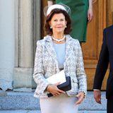 Auch Königin Silvia ist Fan von Karl Lagerfeld und seinen klassischen Kreationen für Chanel. 2013 trug sie zum Gedenkgottesdienst für Prinzessin Lilian Engelska Kyrkan einen Look des Designers.