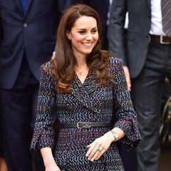 Ein Look, der unvergessen bleibt: Bei ihrem offiziellen Besuch in Paris, im März 2017, zeigt sich Herzogin Catherine in diesem Outfit von Chanel - samt hinreißender Accessoires.
